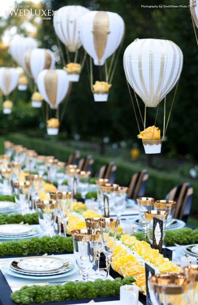 Une chouette idée les montgolfières ! #wedding #mariage #mariageidée jaune vert et gris