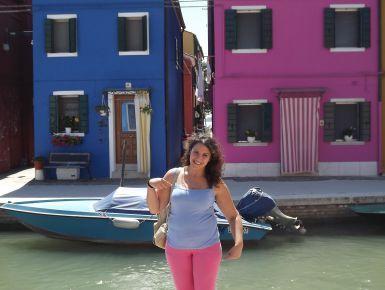 """Le Isole di Murano e Burano: il nostro prima e il nostro dopo  In entrambi i viaggi a Venezia nel 2011 e nel 2012, abbiamo trascorso mezza giornata nelle Isole.  Inutile dire che sono entrambe splendide, ognuna ha il """"valore"""". Murano è famosa per l'artigianato della lavorazione del vetro e per il suo Canal Grande (simile a quello di Venezia), Burano per le sue casette colorate e per il merletto.  La nostra prima tappa è stata Murano, raggiunta in circa 40 minuti dalla fermata """"San Zaccaria""""…"""