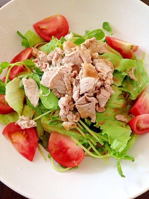 1袋で2度おいしい♡豆苗を使ったサラダレシピ「7」選 - macaroni ▶2.トマトたっぷり!豚しゃぶサラダ冷やし中華