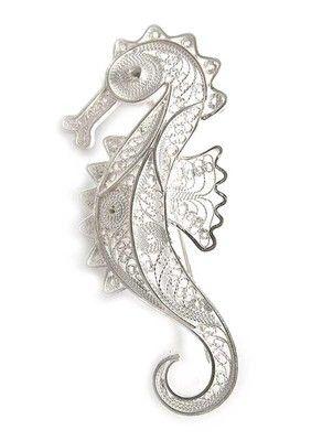 この豪華な銀細工のタツノオトシゴピンはペルーの職人による手作りです。  This gorgeous silver filigree sea horse pin is handmade by artisans in Peru.