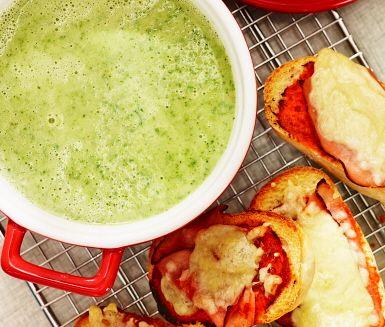 Broccolisoppa med pizzabaguette
