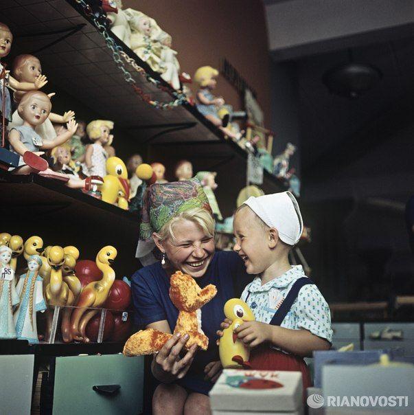 В магазине детских игрушек, 1966 год СССР в фотографиях | СПЛЕТНИК