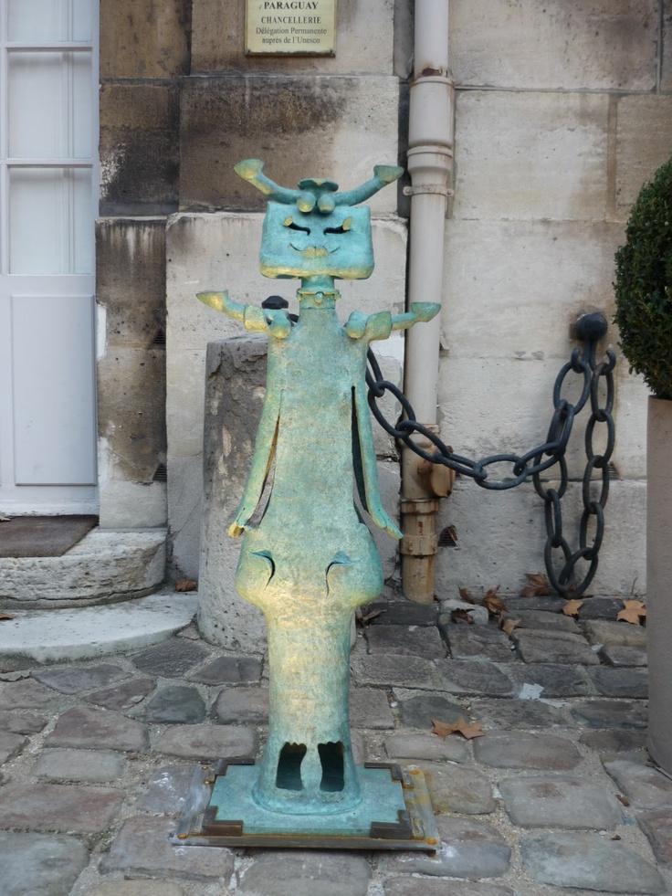 Une des 25 sculptures présentées à La Maison de l'Amérique Latine de Roberto Matta en bronze d'inspiration pré-colombienne