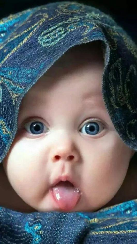 Bébé tire la langue :p