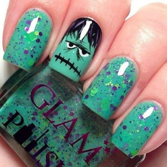 Uñas de halloween en color verde.