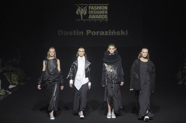 II miejsce Dastina Porazińskiego na Fashion Designer Awards   Nasz student, Dastin Poraziński zajął w pięknym stylu 2 miejsce w konkursie młodych projektantów Fashion Designer Awards. Jego (oczywiście) utrzymane w czerni, cztery looki konkursowe podobały nam się bardzo i były perfekcyjnie wykonane.