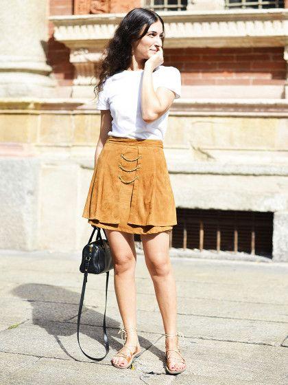 Der Streetstyle des Tages zum Nachshoppen. Heute mit Wildlederrock. Camelfarbene Röcke aus Wildleder sind dank des 70ies-Trend wieder super angesagt.