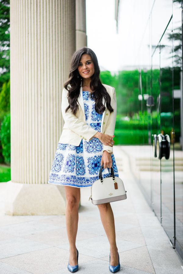 Look para una Comunión vestido porcelana azul blue porcelain dress bolso Coach handbag Crimenes de la Moda blog Maria Jesus Garnica Navarro #moda #fashion #cuero #leather #bolsos #bags #zapatos #shoes #cinturones #belts #marroquineria #leathergoods