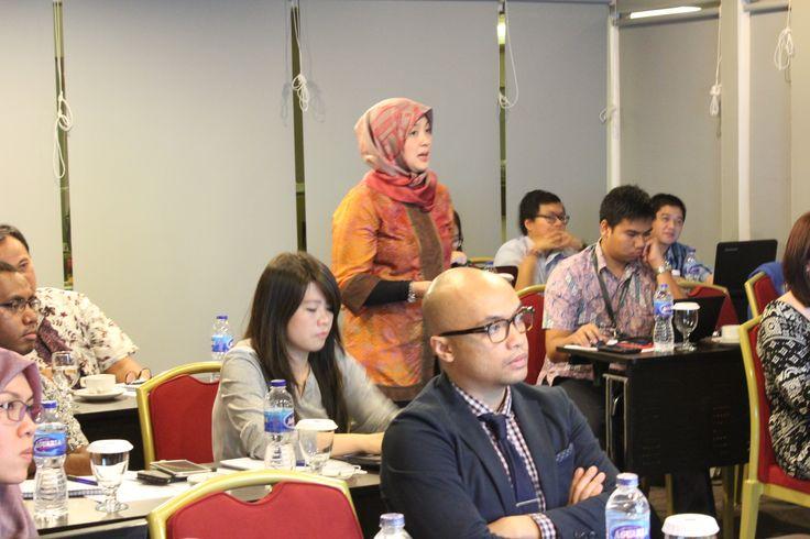 Arfidea D. Saraswati | Partner AKSET Law sedang memaparkan materi presentasi