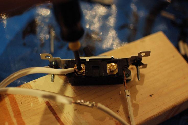電気工事不要!トグルスイッチと延長コードと格安の水道管でインダストリアルな露出スイッチを作るインテリアDIYにトライ。作業写真付き。