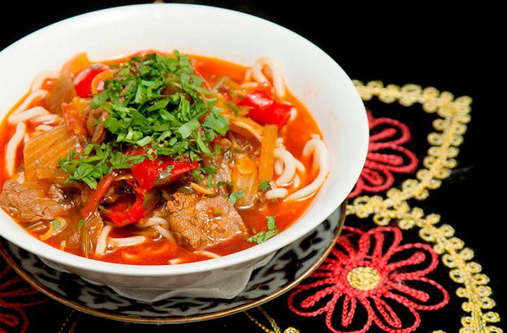 Вкуснейший восточный лагман с лапшой, говядиной и овощами, который легко можно приготовить дома.