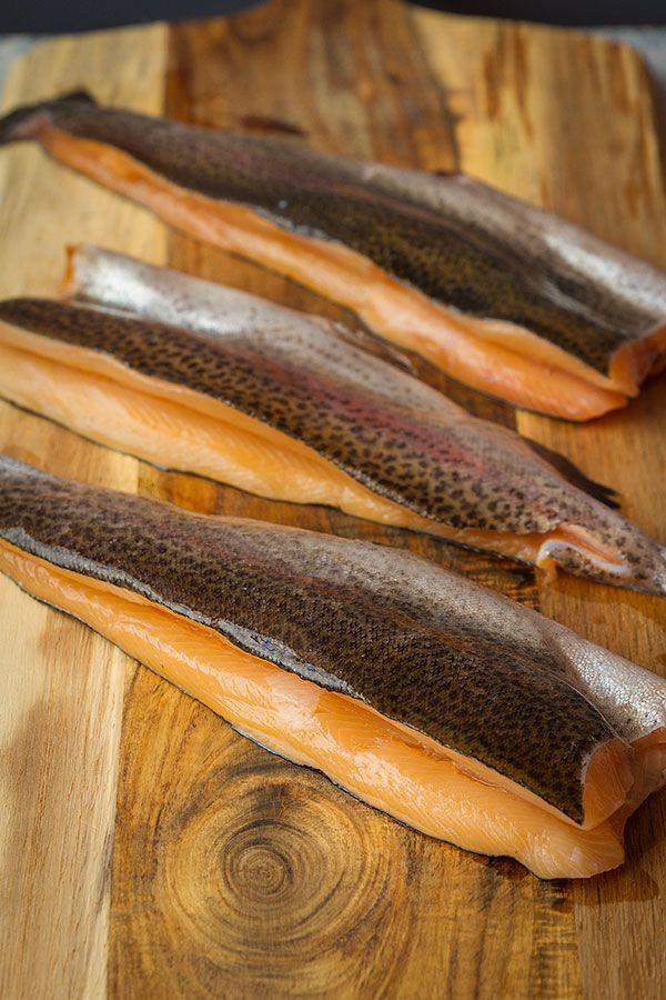 Hoy os traigo una receta con trucha asalmonada rellena. La característica principal de este pescado es el color de su carne. Rosada, similar a la del salmón, de ahí su nombre. La trucha es un pez del género Salmo, el mismo que el salmón. La mayoría de las truchas viven en aguas frías y limpias de ríos y lagos. Aunque hay algunas especies que pasan su vida adulta en el océano y vuelven al río donde nacieron a desovar. Otra similitud con sus parientes, los salmones.