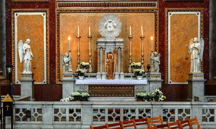 Esztergom (po polsku Ostrzyhom) - Wnętrze bazyliki katedralnej św. Wojciecha. Ołtarz boczny największej i zarazem najważniejszej katedry katolickiej na Węgrzech.