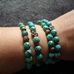 N°4 - bracelet élastiqué perles rondes à facettes turquoise naturelle et 4 fleurs bronze antique