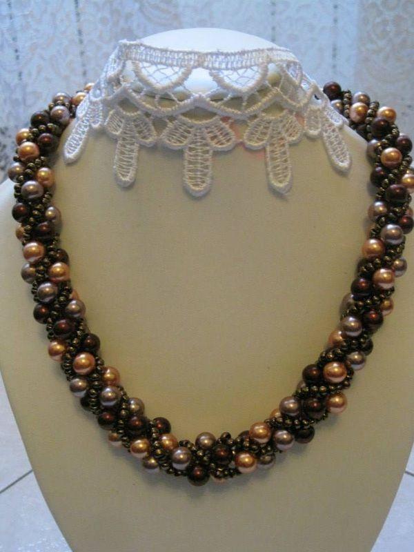 Collana lavorazione a spirale Russa con perle di colore carminio metallico, bronzo metallico e grigio, conteria di colore rame. Finizioni con coppette dorate. Chiusura con anello a molla dorata.