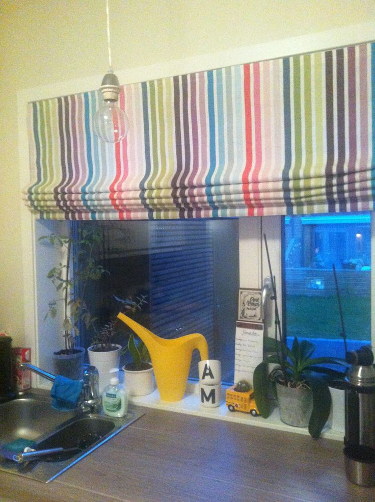 Lift curtain for the kitchen! A lovely splash of colour !