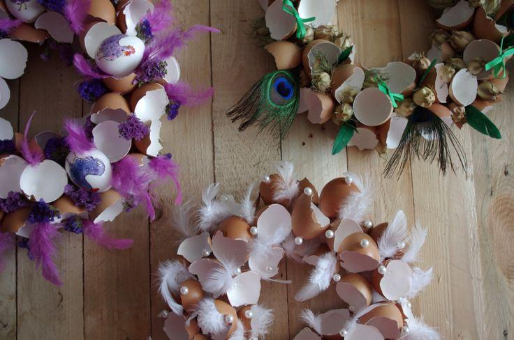 Skořápkové velikonoční věnce - Na vytvoření krásného velikonočního věnce nepotřebujete celá vyfouklá vajíčka ale stačí vám pouze skořápky, kreativním dozdobením může vzniknout fantastická jarní dekorace. ( DIY, Hobby, Crafts, Homemade, Handmade, Creative, Ideas)