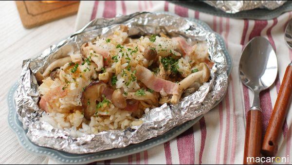 「ガーリックホイルライス」のレシピと作り方を動画でご紹介します。冷やご飯など余ったご飯をホイルに包み、蒸し焼きで素材の旨みを引き出す簡単レシピです!今回はスタミナ満点のガーリックライスにしました。アウトドアにもおすすめ♪ ■材料(2人分/15分) ・ごはん:400g ・にんにく:2片...