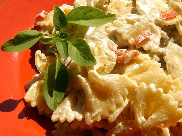 Πολύ νόστιμη σαλάτα ζυμαρικών αλλά και θαυμάσιο κρύο πιάτο!Κρύα σαλάτα με ζυμαρικό και κοτόπουλο.Μια πολύ νόστιμηκαι εύκολη συνταγή για ένα καλοκαιρινό
