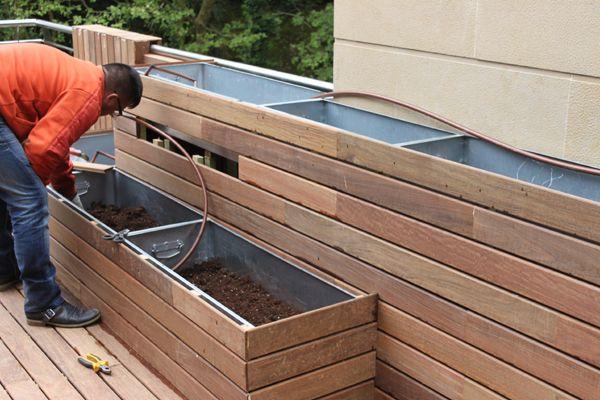 trabajos con madera para realizar jardineras de obra en un ático, perfectas porque son desmontables ;)
