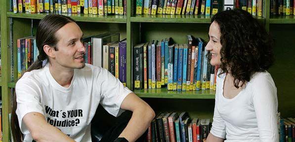 The Human Library staat voor een nieuwe methode om (interculturele) dialoog te bevorderen en af te rekenen met stereotypen. Enthousiaste vrijwilligers treden op als 'boeken' – met titels die verwijzen naar veelvoorkomende vooroordelen. Bezoekers kunnen hen een uurtje lenen en de vooroordelen van zich af 'lezen' door met de 'boeken' in gesprek te gaan.