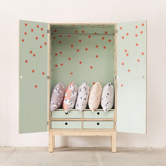 Here above are some of the furniture we have recently made with our most popular color: Mint. 1-New star wardrobe. Soon in the shop. 2-Oskar changing station with customized drawers. 3-Mina crib in…