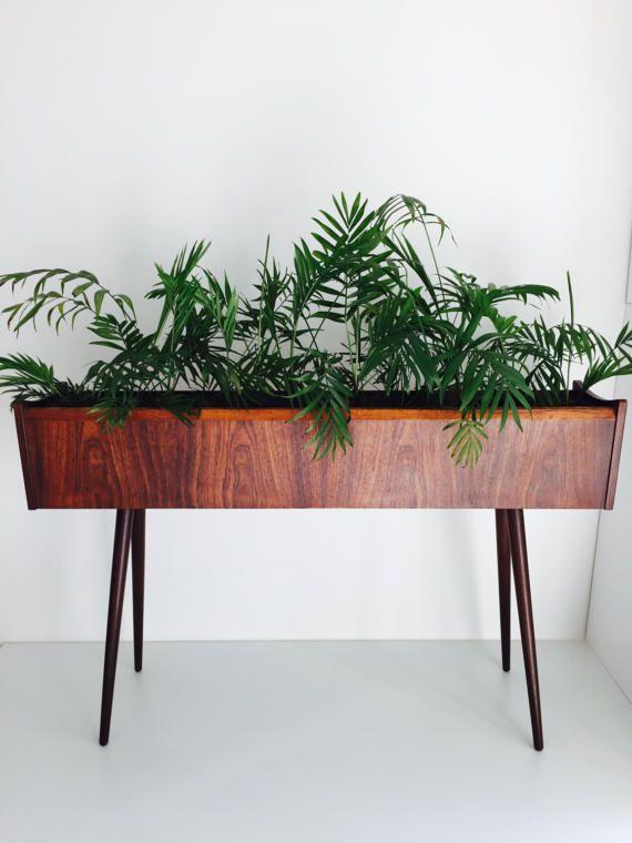 Ein sehr selten auf den Markt, schöne 1960er Jahre Palisander Pflanzer aus Dänemark. Bestehend aus Holz Palisander Basis und einem Metall Pflanzer, der verreisen geht. Es wird eine perfekte Ergänzung zu Mitte XX Jahrhundert Interieur machen. Für eine Verwendung nur in Innenräumen geeignet. Abmessungen Länge: 93 cm Breite: 20 cm Höhe: 58cm
