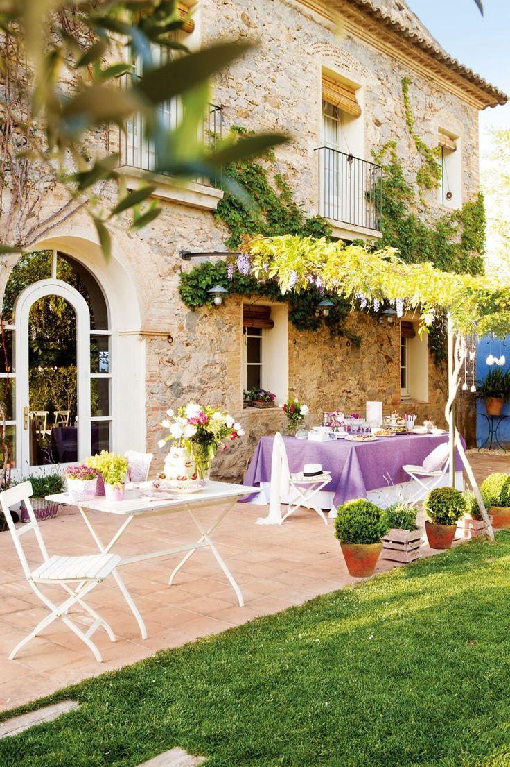 Una fiesta en el jardín  A la sombra de una aromática glicina, una mesa vestida de lila aguarda a los invitados con platos ligeros y refrescantes. Este buffet al aire libre es una romántica propuesta para disfrutar de un delicioso día en el exterior.