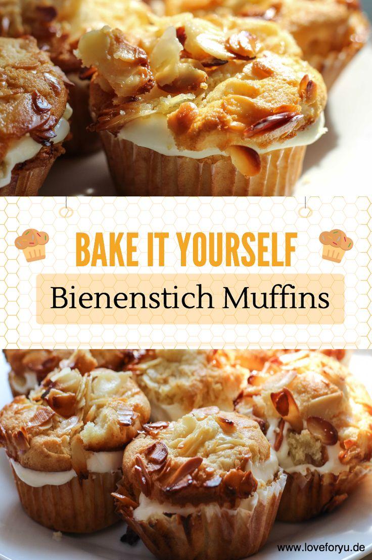 Leckeres Rezept zum Nachbacken: Bienenstich Muffins!   Zuerst beide Eier und Zucker schaumig schlagen. Anschließend die weiche Butter und Saure Sahne hinzugeben und unterrühren. Löffelweise Mehl mit Mandeln, Backpulver und Natron vermischen. Den fertigen Teig in die Muffinform, die mit Muffin Papierförmchen ausgestattet ist, geben.
