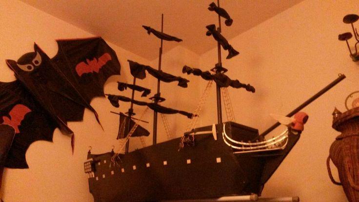Perla nera realizzata su asse da stiro scopo: tavolino porta dolci per feste di compleanno a tema pirati.