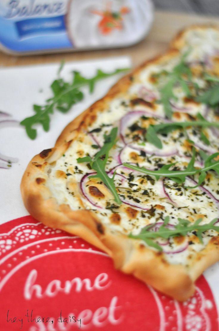 vegetarischer Flammkuchen mit Frischkäse und Rucola | www.heytheredaisy.com