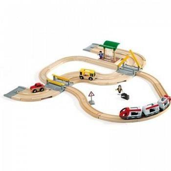Den klassiska järnvägen i trä från BRIO. Det här är ett bra startpaket som går att komplettera med fler delar senare.