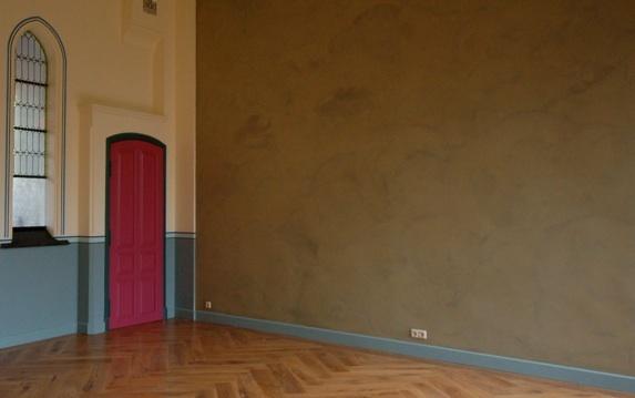 Leemstuc met wandverwarming in een tot woonhuis omgebouwde nonnenschool in Tilburg.