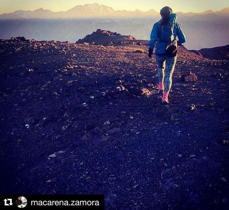 Una de las imágenes que consiguió podio en esta carrera fotográfica de STGOMRCO . Felicitaciones @macarena.zamora por esta travesía gran esfuerzo para llegar a esta cumbre . De seguro que es un muy buen entrenamiento de verano y tremendo panorama en la capital . Una gran motivación a para todas las mujeres que gustan de fuertes desafíos . Atenta al contacto vía : info@stgomrco.com  #Repost @macarena.zamora with @repostappTravesía <<Ñilhue-El Manzano>> con la mochila @ultraspire modelo Astral…