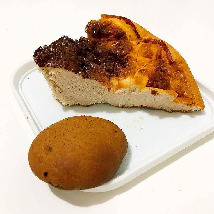 Snacking: vitafiber cookie (questnutrition chocolate whey @mws.pt )  bolo proteico de cinnamon toffee danish  #vitafibercookies #proteincake #onaquest #cheatclean #onquesteur ( # @inesgetshealthy )