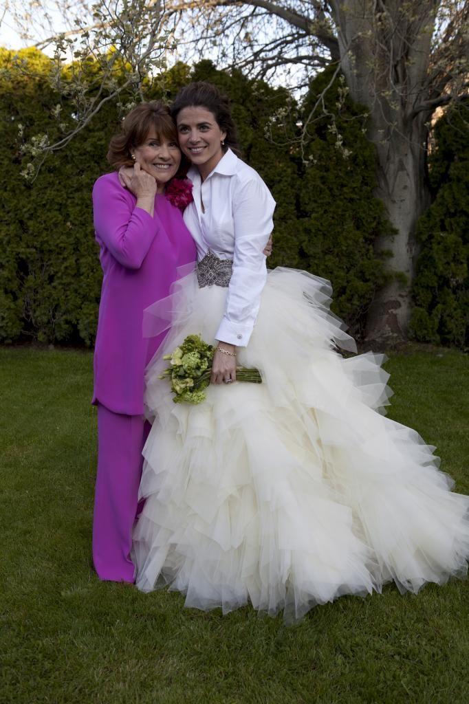 Conoce de la mano de Lorenzo Caprile cómo ha de ser el vestido de la madre de la novia y todos aquellos detalles para ir perfecta en esta ocasión.