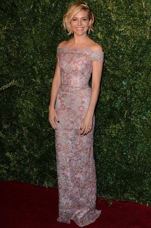 Sienna Miller. La más elegante de la gala de entrega de los Evening Standard Theatre Awards 2014 fue la actriz con este vestido bordado de escote barco de estilo romántico firmado por Burberry que ella supo diferenciar con su peinado efecto messy.
