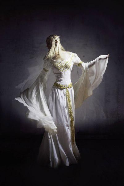 INSPIRATION : de grandes manches vaporeuses, une ceinture qui affine la silhouette...
