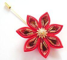 Una flor se hace en la técnica de tsumami kanzashi. La flor se hace de cintas.  D de las flores ~ 2 pulgadas (5 cm).  Solapas más ver aquí: https://www.etsy.com/shop/JuLVa?section_id=11777522&ref=shopsection_leftnav_4   En su petición se puede hacer un fower de una combinaciones de color diferentes.   Mis trabajos hechos a mano pueden ser un regalo único para usted, su familia y amigos!  Para más artículos, visite por favor mi tienda Inicio: http://www.etsy.com/shop/JuLVa