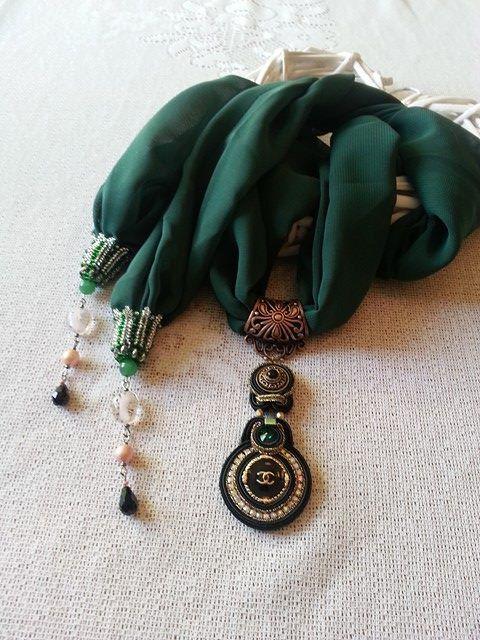 Halskette -Schal mit Medaillon aus Knopf mit Logo CC  beschriftet ist. von BeadStArt auf Etsy
