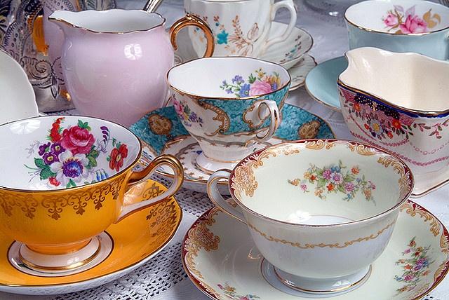 Mismatched tea setsVintage Teacups, Antiques Stores, Vintage Crockery, Teas Cups, Teasets, Vintage Teas, Vibrant Colors, Teas Sets, Blue Flower