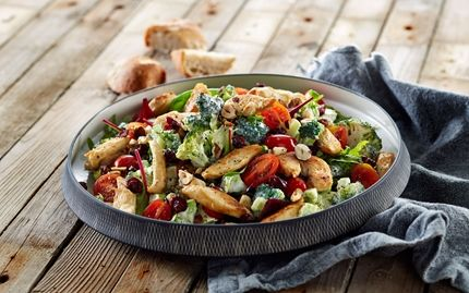 Broccolisalat med kylling, tranebær og skyr