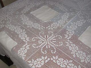 Uma toalha de mesa feita pela minha mãe há muitos anos.   A tablecloth  made by my  mother  many years ago .           Foi feita ...