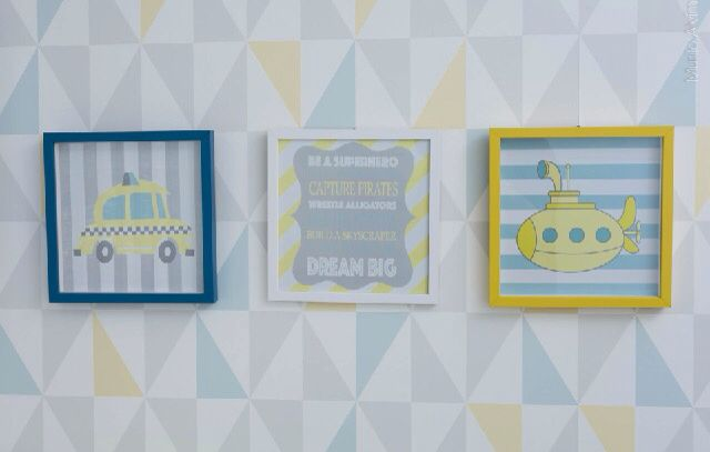 Detalhe quarto de neném, triângulos, tricot, amarelo, azul, cinza