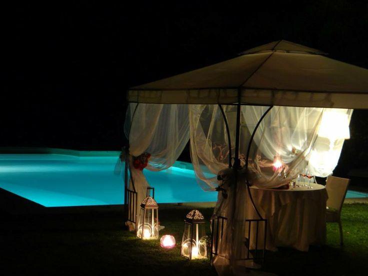 Cena Romantica a bordo piscina dell'agriturismo ristorante romantico Taverna di Bibbiano tra Siena e San Gimignano, ideale per la vostra Luna di Miele in Toscana