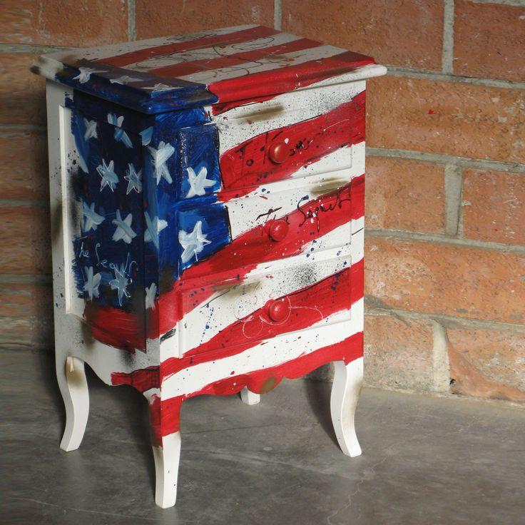 Comodino a tre cassettiin legnostile country, decorato con bandiera degli Stati Uniti. Finito a mano e prodotto in Italia da Castagnetti 1928.
