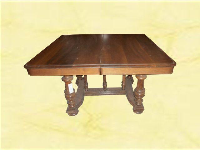 Tavolo francese. Tavolo in noce allungabile. Misure: 124cm x 110cm x h.72cm www.arredomus.com