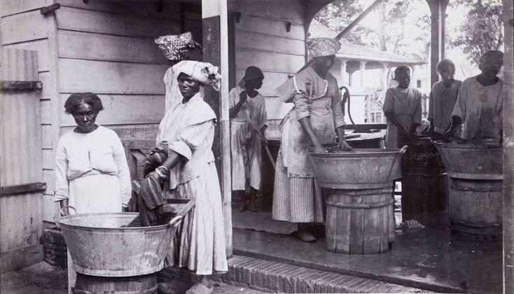 Wasvrouwen op de plantage Wolfenbutel bij Paramaribo. ca ...