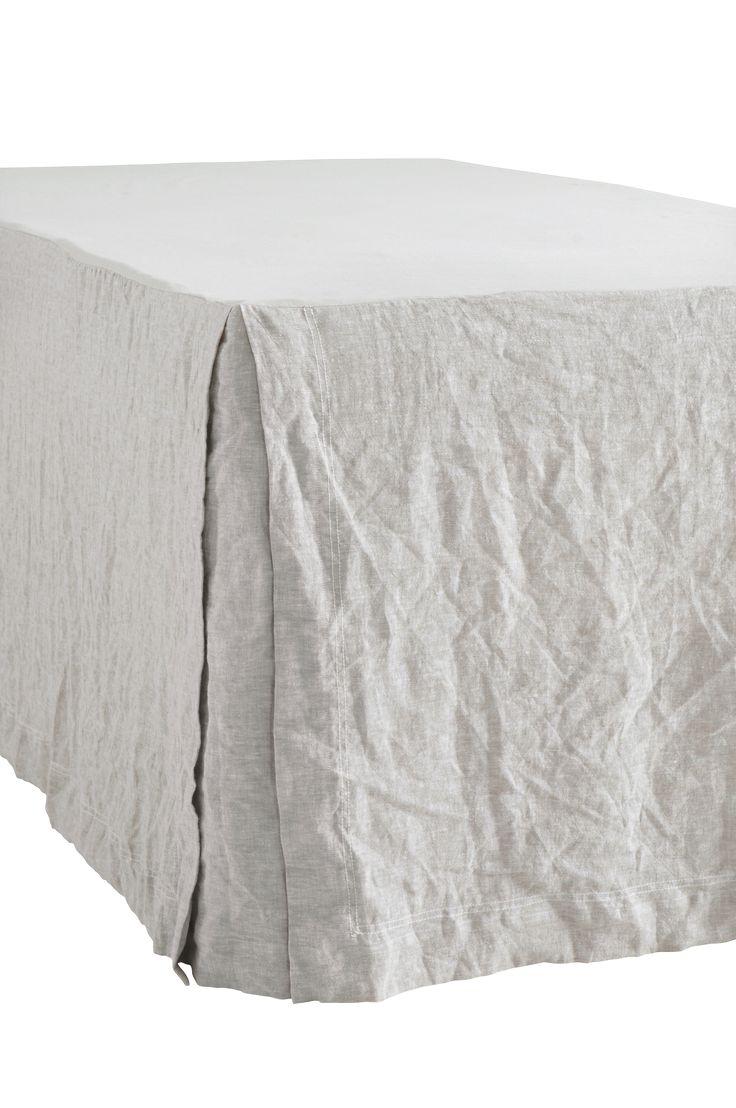 Sängkappa i tvättad och garnfärgad chambray av lin. Platta av tvättad bomull. Öppna hörn. 5 cm dubbel jeanssöm. Kappans höjd 60 cm, passar till kontinentalsäng. Finns i fyra storlekar: 90x200, 120x200, 160x200 och 180x200 cm. Oeko-Tex-certifierad 12.HIN.13300 vilket innebär att sängkappan inte orsakar allergiska besvär eller andra hälsoproblem. Produkten har testats för att säkerställa att inga hälsofarliga kemikalier finns kvar.