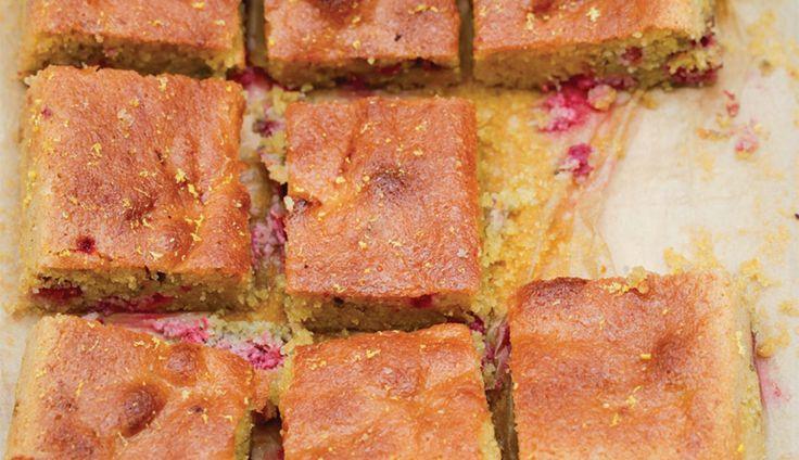 Dit heerlijke recept voor een warme frambozencake met citroen komt uit het nieuwsteboek van Nigella Lawson:Simply…
